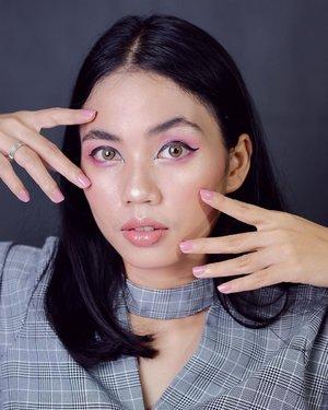 Upload fotonya dulu, videonya masih dimasak di laptop 😆 Masih insecure kalo bikin makeup mata pakai warna terang-terang gini, keliatan banget kalo pas gak rapi dan kurang alus ngeblendnya. I'll try better. ✌🏻 • •  #clozetteid #makeup #jogjabloggirls  #makeuplook #beautyblogger #makeupoftheday #indobeautygram