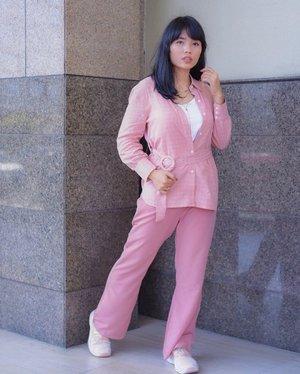 Bela-belain foto didepan mall karena ingin mengabadikan outfit serba pink ini, walaupun ada angin kencang dari arah belakang dan juga diliatin orang2 yang duduk-duduk dibawah tidak mengurungkan niat saya 🤣 Terimakasih fotografer kilat Mba @aquamarlyn yang sudah mengabadikan 🙃 #ClozetteId #Bloggerjogja