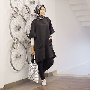 Life is like a piano, the white keys represent happiness and the black shows sadness. But as you go through life's journey, remember that the black keys also make music. ⬛️⬜️ #ElhasbuStyle Keikira Tunic @elhasbu #clozetteid