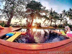 Enjoying sunset by the pool 😗 · · #anyer #anyerhotel #doublegresort #doublegresortanyer #doublegresortcaritabeach #holiday #relax #funtime #travel #instatravel #travelgram #tourist #tourism #vacation #travelling #trip #clozetteid #landscape #landscapephotography #pool  #sunsets #sunset_ig #poolside #poolsidechillin #floatingunicorn