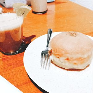 Donat mozarella + gula yang literally bikin aku #mouthgasm. Jadi rasanya ga terlalu manis trus ada keju mozarellanya di tengah donatnya gitu 😍. Donatnya juga empuk banget, chewy and moist on the inside, crispy on the outside, melted in your mouth with every bites you take 😍🥰 #clozetteid #foodie #foodstagram #foodgawker  #kulinerjakarta #foodporn #foodstagram  #foodgasm #mouthgasm  #food52 #foodtruck #foodpic #jktgo #manualjkt #jakartafoodbang #jktfoodbang  #jktfood  #tasyaeats #foodphotography #tasyaeats #eggporn #foodporn #foodgasm #mouthgasm