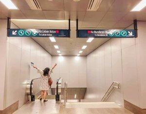 Woohoo! Finally MRT Jakarta Is HERE! Abis ini transportasi umum di jakarta makin gampang deh! Inget banget dulu awal kerja pilihannya cuma bisa naik trans jakarta/ kopaja/ metromini & commuter line. Sekarang udah ada Ojek online, Feeder Bus & MRT juga 😍. Kayanya, Bener- bener bisa bye bye macet nih habis ini 😜. Thank you @budiartiannisaUdah ajak aku buat ikut trial. MRT kemarin 😍. #mrtjakarta #ubahjakarta #ubahjakartachallenge #clozette #Clozetteid