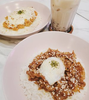 Memanfaatkan @zomatoid gold  1+1 on food @revolvecoffee_id bareng sama miss greenlakecity @vinasagita 😂😎 In frame :1. Gyutan don with onsen egg2. Vina's food is chicken katsu with melted cheese and garlic rice 3. Earl grey milk tea with jelly Full review will be on my zomato! #Clozetteid