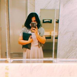 #toiletselfie #toiletootd #latepost 🤣 sebenernya ini pake eki set top+ skirt in lilac dari @tokomamacel cuma skirt nya ga kefotoo padahal bagus flowy dan pewe 😅💖 #clozetteid