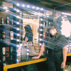 Setelah lumayan lama gak hair treatment ke salon, akhirnya aku main ke TRESemmé The Backstage Professional Hair Studio by @tresemmeid yang sudah buka untuk umum sejak 19 Januari lalu. ini adalah Pop Up salon ala New York Fashion Week dari TRESemmé yang pertama di Indonesia! Dengan pengalaman 13 tahun sebagai hair trendsetter di NYFW, kali ini TRESemmé menghadirkan secara langsung pengalaman hair styling ala model NYFW oleh professional hair stylist di Indonesia. Disini kita bisa wujudkan gaya rambut impian ala model bersama tim professional hair stylist TRESemmé. Yang bikin seru sih disini ada vending machine shampoo touchless pertama di indonesia, jadi kita bisa langsung beli produk favorit TRESemmé on the spot! Dengan beli produk TRESemmé di vending machine maupun di tempat lain, senilai 50rb aja, kita bisa langsung nikmatin treatment gratis lho! Bingung mau pilih hairstyle yang cocok gimana? Tenang aja, kita bisa eksperimen berbagai macam gaya rambut di virtual hair make over tool!. Kalau udah tau nih mau gaya rambut dan treatment seperti apa, tentunya tim professional hair stylist TRESemmé siap mewujudkannya buat kita dong ✨Mulai dari hair wash, hair cut, sampai hair styling bisa dipilih loh!. Tapi sebelum treatment, jangan lupa buat ke hair check corner biar tau kondisi rambut dan konsultasi langsung sama professional hair stylist dari TRESemmé ya!Dan gaperlu khawatir, karena TRESemmé The Backstage Professional Hair Studio sangat ketat buat protokol kesehatan. Mulai dari pakai masker & face shield, physical distancing, dan semua alat selalu disteril & disinfektan sebelum digunakan. Bahkan 1 sesi maksimal cuma menerima appoinment dari 4 pengunjung, aman banget kan? Nah.. buat temen-temen yang butuh perawatan rambut dari professional hair stylist, bisa langsung ke TRESemmé The Backstage Professional Hair Studio. Cukup book slotnya di website & tunjukin struk pembelanjaan produk senilai 50ribu. Yuk, cobain pengalaman treatment rambut kalian disini abis itu jangan 