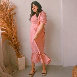Spoiler @mapleyourday next collection! 🤪 dan gue udah punya duluan warna pink nya muwahahaha 😗. Sumpah ya abis melahirkan walau berat sudah turun, tapi perut kan masih melar aja belom rata kaya tante sophia latjuba. Jadi paling enak dan aman ya cari baju tuh dress yang potongannya longgar di bagian perut biar ga disangka hamil adeknya allana ☺️. Surprisingly dress yang gue-belom-tau-namanya-dan-harganya (tapi dibawah 200k yang jelas) ini juga ngga gampang kusut dan paling penting juga, bahannya super adem dan flowy jadi cocok dipake buat sehari- hari 🤓. Moga aja cepet launch deh produknya-- colek ownernya @jennitanuwijaya #clozetteid