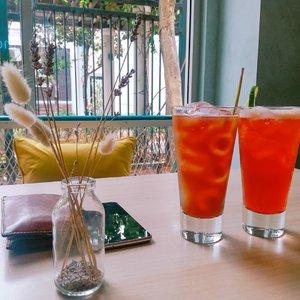 Thai Iced Lime Tea &  Lemon Grass Ice Tea 😍. · · #buzzfeedfood  #feedfeed  #thefeedfeed  #huffposttaste  #foodprnshare  #droolclub  #f52gram  #thekitchn  #sweetmagazine  #tastespotting  #forkfeed  #foodgawker  #kitchenbowl  #Clozetteid  #foodporn  #foodgasm  #mouthgasm  #tasyaeats