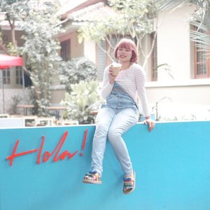 HOLA!! Have a nice tuesday everyone .. Siapa niih yang tahun ini punya resolusi untuk lebih banyak menghabiskan waktu untuk menikmati hidup? Hihi .. Apapun resolusi kamu, semoga di tahun ini segala sesuatunya dilancarkan yaaa 💛 .. 🏠 @holakoffie 📍 Jalan Riau No.88 Bandung 👥 with @mainajaterus @kulineraddictbdg @jeanettegyjalanjajan @kang_afrizal ⌚ Jan 07, 2020 📸 @jeanettegyjalanjajan .. #DEMIAkeHolaKoffie #JajanAlaDemia #demiaexploresbandung .. #clozetteid @clozetteid #foodbloggerbandung #foodvloggerbandung #beautygoersid
