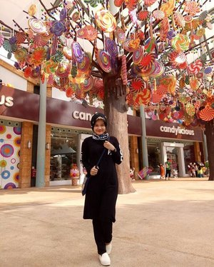 Candy tree 😘😍 sweet sweet sweet.📷 @denyined86......#latepost #candy #candytree #candylicious #seaaquarium #singapore #visitsingapore2016 #familytrips #logoshirt #nevadashoes #colourfull #clozetteid #likeforlike