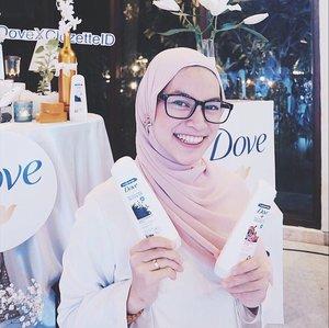 """MENGATASI RAMBUT RONTOK Aku termasuk wanita dengan tipe rambut yang ikal, tapi setiap panjang dikit rambut rontok, panjangin lagi rambut bercabang kek pertigaan. Rambut dengan masalah kaya gini, baiknya pake apa si? Aku dikenalin sama Dove Nourishing Secret """"Scalp Strengh Ritual"""" dengan kandungan Habbatus Sauda dan Olive Oil di event #DoveXClozetteID """"Your Hair & Hijab Oasis di @villaamandsini  Acaranya seru banget! Kehadiran Dove's Brand Representative & @nabilaabdat2 yang menjelaskan bahwa Habbatus Sauda sangat bermanfaat bagi kesehatan tubuh, salah satunya berguna untuk rambut. @dove dikenal dengan solusinya mengatasi rontok dari akar, karena rambut rontok itu disebabkan kulit kepala ngga sehat. Selain itu, Dove varian ini efeknya fresh dan bikin adem walaupun kita berkerudung. Setelah sharing2, karena temanya middle east, jadi kita dikasih challenge bikin turban tanpa pentul! Peserta yang terdiri dari clozetter, kak @dierabachir @sandradlubis @clarissaputri_ @rianarizki sibuk belajar gimana turban bisa tampil paripurna 😂 Suasana eventnya juga beda banget, karena diadain di dataran tinggi, hawanya sejuk ditambah dekorasi yang syantik, feminim khas Dove. Oh iya, Dove berhabbatus sauda ini tidak hanya diperuntukan bagi yang berhijab tetapi semua wanita dengan keluhan rambut lepek, ketombe dan rontok, ya! Kamu kah salah satunya? :) . #RambutKuatAlamiDove  #ClozetteID @clozetteid . . #bloggerjakarta #bloggerperempuan #clozette #clozettedaily #clozetteambassador #clozetter #lifestyleblogger #hijabblogger #indonesianhijabblogger #hijabootdindo #halallifestyle #halalblogger #beautybloggerjakarta #beautybloggerindonesia #influencerjakarta #influencerindonesia #beautyinfluencerindo #beautyinfluencerjakarta"""