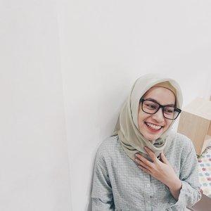 """MUBADZIR ATAU ISRAF? Jadi, setiap bulan @hijup selalu ngadain Kajian Islam untuk karyawan. Bulan ini temanya """"Gaya Hidup&Pemubadziran"""". Menyentil banget ya temanya 😅 Disini kita belajar, gimana si gaya hidup Rasulullah dan mubadzir itu sebenernya kaya apa. . Jadi, mubadzir itu mirip dengan israf, tapi punya 2 pengertian yang berbeda. . Ada ulama yang mengatakan keduanya berbeda, seperti Ibnu 'Abidin,  الإسراف: صرف الشيء فيما ينبغي زائداً على ما ينبغي، والتبذير: صرف الشيء فيما لا ينبغي """"Israf adalah memanfaatkan sesuatu sepantasnya namun sudah berlebihan dari yang pantas. Tabzir (mubazir) adalah memanfaatkan sesuatu pada sesuatu yang tidak pantas."""" . Pada sesi Q&A, ada rekan yang bertanya, """"Bolehkah kita membeli barang branded yang harganya lebih mahal dengan tujuan supaya lebih awet?"""", Ustadz Mustaqim menjawab boleh membelinya jika dengan tujuan supaya lebih awet, tapi kalau untuk tujuan pamer, itu yang tidak diperbolehkan.  Tapi, kita juga ngga diperbolehkan hidup boros, berlebihan apalagi sombong ya. . Allah Ta'ala berfirman,  وَآَتِ ذَا الْقُرْبَى حَقَّهُ وَالْمِسْكِينَ وَابْنَ السَّبِيلِ وَلَا تُبَذِّرْ تَبْذِيرًا (26) إِنَّ الْمُبَذِّرِينَ كَانُوا إِخْوَانَ الشَّيَاطِينِ وَكَانَ الشَّيْطَانُ لِرَبِّهِ كَفُورًا (27) """"Dan berikanlah kepada keluarga-keluarga yang dekat akan haknya, kepada orang miskin dan orang yang dalam perjalanan dan janganlah kamu menghambur-hamburkan (hartamu) secara boros. Sesungguhnya pemboros-pemboros itu adalah saudara-saudara syaitan dan syaitan itu adalah sangat ingkar kepada Tuhannya."""" QS. Al-Isra': 26-27 . Kamu, jangan sampe israf/mubadzir ya ☺️ . Source: @rumayshocom . #lifeathijup #hijupsquad #myhijup  #ayatquran #quranidproject #clozette #clozettedaily #clozetteid #clozetteambassador #clozetter #lifestyleblogger #bloggerperempuan #hijabblogger #indonesianhijabblogger #hijabootdindo #terangjakarta #kajianislam #remajaislami #islamituindah #kajianjakarta #hijabstyleindonesia #hijabfashion #bloggerjakarta #hijabkeceh"""