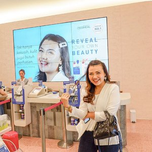 Super excited banget ngeliat muka sendiri terpampang nyata di @sociolla store dan juga di layar mall ibu kota hihihi. Beauty experience ini bertema REVEAL YOUR OWN BEAUTY by @mediheal_idn , nah kalian juga bisa rasain loh gengss, di Sociolla Store Lippo Mall Puri dan tentu nantinya akan di foto oleh @sweet.escape seperti aku. #realmerealskin #beauty #beautyjournal #sociolla #clozetteid