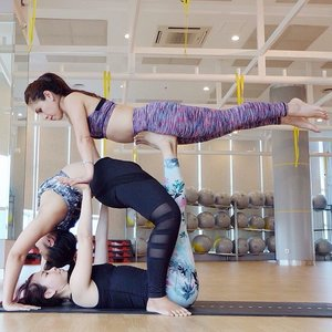 Happy birthday vina !! Wish you all the best and always happy as always, thank you for always support me and being our yoga partner and sister in crime..🎂🎉🎈🎀 #clozetteid #yoga #acroyoga #yogaeverywhere #yogainspiration