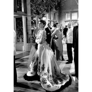 #KicasxMovie Sabrina (1954), imdB = 7,7 Drama - Romance - Comedy ~ Filmnya Mbak Audrey Hepburn yang masih black - white. Please, jangan tanya kenapa. Aku enjoy banget nonton film ini walau hitam putih. Hehehehehe. • Aku suka ceritanya. Tentang Sabrina Fairchild (Mbak Audrey). Anak seorang chauffeur/driver yang kerja plus tinggal di Rumah keluarga super kaya, Keluarga Larrabee. Keluarga ini punya dua anak laki-laki, Linus Larrabee & David Larrabee. Sabrina takut sama Linus, orangnya terlihat serius banget & KAKU. Tipe Laki yang pekerja keras yang hidupnya gak jauh dari bisnis-cuan-investasi dan terlihat gak punya kehidupan sosial. Di lain sisi, Sabrina cinta setengah idup sama David. Tapi yah gitu, David tipe Fakboi jaman beheula mereun yah. Gonta-ganti perempuan mulu, Beb. Sabrina bukan tipenya David. Jadi Sabrina gak pernah dilirik 😥 • David akhirnya naksir sama Sabrina. Tapi setelah Sabrina balik sekolah dari Paris dan Sabrina gayanya udah modern. Sebeeeelll 😬 Tapi gak mulus, Beb. Dijegal sama Linus & Bapaknya. Iyalah, mana boleh Pacaran sama anaknya Supir. • Entah kenapa ending ceritanya bisa kutebak. Iya, ku bisa tebak gimana nasib Sabrina. Tapi tetep sukakkkk. Aku suka bonding Sabrina sama Ayahnya. Aku suka bonding David sama Linus. • YANG PALING PENTING BAJU NYA MBAK AUDREY! YA TUHANNNNN 😭😭😭😭😭 Walopun item-putih ku tetep naksir banget sama baju-bajunya. Fyi, baju di foto slide pertama & kelima itu kolaborasi Costume Designer Edith Head & Givenchy. Dari yang aku baca, di akhir tahun 50-an banyak banget para Bride di Amerika pakai Wedding Gown yang mirip Mbak Audrey ituu 🥰🥰🥰 Padahal gaun ini ceritanya dipakai Sabrina buat Pesta Dansa di Rumah Keluarga Larrabee. • Sources : Photo 1, Pinterest Photo 2, imdB Photo 3, imdB Photo 4, imdB Photo 5, latfusa.com • • #clozetteid #AudreyHepburn #movie #moviereview #classichollywood #vintagehollywood #goldenage #classicfilms #silverscreen #classiccinema #oldhollywoodglamour #hollywoodlegend #goldenhollywood