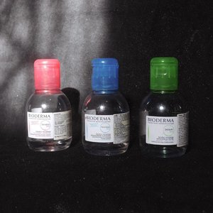 I just wanna give a spotlight for these LEGENDS!!! @bioderma_indonesia 💦 • Pink : Sensibio H2O, normal sensitive skin. Blue : Hydrabio H2O, dry dehydrated skin. Green : Sebium H2O, oily acne prone skin. • Tiga-tiga aman di kulit muka Kicas. Gak ada efek menyebalkan. Beneran angkat dosa debu & kotoran. *Kalo lagi heavy makeup, sebelum pakai ini Kicas pakai Cleansing Oil dulu. • Sebagai yang punya kulit Kombinasi (T-Zone : Berminyak, Area lain : Kering), 3 varian Micellar Water ini emang kasih efek yang beda. Pink, kulitku terasa moist. Blue, lebih terasa moist tanpa ada rasa lengket. Green, terasa kalo dosa minyak juga terangkat tanpa ada rasa kering atau ketarik. • Untuk tekstur ketiganya cair. Pink & Blue gak ada warna dan gak ada aroma sama sekali. Green ada warna green blue-ish gitu dan ada sedikit aroma, tenang, aromanya gak ganggu kok. • Will I repurchase it? Yes. Either the Pink one or the Green one. ♥️ • #ClozetteID #BiodermaIndonesia #sensibioh2o #hydrabio #sebiumh2o #MicellarWater #MakeupLover #makeuplovers #makeupartist #makeupjunkie #makeupblogger #beautylover #beautyblog #mua #beautygram #beautybloggerpage #indobeautygram #indobeautyblogger #BeautyBloggerIndo #liquidlipstick #lumix #lumixindonesia #lumixgf8 #tampilcantik #skincare #acnefighting #acnefighter