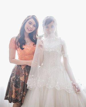 Ketika lupa foto ber2 pas resepsi, udah terlalu lelah.. 🙄 Tapi ga berasa juga udah nguasain kamar 2 bulan lebih.. 😂-#sister#sisterhood #weddingdress #family #backlight#dennylydiawedding