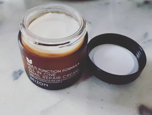 🎀🎀🎀🎀 @mizon_official Multifunction Formula All in One Snail Repair Cream is my current routine for repairing acne scar. Comparing with COSRX Advanced Snail 96 Mucin Power Essence, this one  is a very fast absorbing cream, non sticky milk texture. The bad thing is the mizon doesn't moisture enough. So, I have layer it double or layer with other moisturizer. Some ingredients have an acne triggers according to skincarisma, but when @peachandlily told this is good for oily acne prone skin (without worry too much) I tried this one. Well, they're right. It doesn't trigger my acne. So yeay for this cream! But for repairing, Mizon works slower than COSRX, but I still love it!  #skincareaddicted #skincarejunkie #skincarecollection #skincarehaul #skincarereview #skincareroutine #skincarecommunity  #asianbeauty #instabeauty #beautycommunity #beautygram #beautybloggerindonesia #beautyobbsessed #beautyjunkie #koreanskincare #ribbonskincarereview  #indobeautygram #indobeautysquad #beautynesia #ClozetteID #bloggermafia