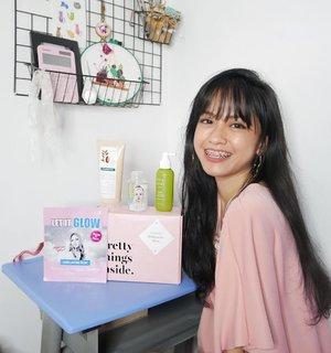 Yay! Bentar lagi lebaran! Aku dikirimin #GlowGoals Radiant for Raya dari @sociolla yang isi nya ada 4 produk lengkap bgt untuk perawatan rambut, tubuh, wajah, dan micellar water. Meski nanti di rumah aja, kan tetap harus tampil cantik buat diri sendiri. 4 produk dalam #GlowGoalsRamadan yang aku dapatkan, yaitu:  1. @rated_green - Real Mary Energizing Scalp Spray (botol hijau) - Rp189.000 - 120ml Hair tonic dengan aplikator semprot. Produk untuk treatment kulit kepala,  bikin rambut sehat, tebal, dan berkilau. Aromanya Rosemari nya strong tp enak, khas hair tonic bgt. Setelah diaplikasi ada efek2 dingin dan bikin kepala jadi segar bgt. . 2. @klorane_idn - Fleur De Cupuacu  Shower Cream (tube cream) - Rp155.000 - 200ml Shower cream yg creamy bgt dan teksturnya mirip kental manis. Aroma susu nya juga cukup kuat. Bikin relaks kalo lagi mandi. Minim busa, lembut bgt di kulit. Organic cupuacu butter bikin kulit 1.5x lebih lembap dibandingkan shea butter, dengan pH balance yg menjaga keseimbangan alami kulit. . 3. @ariul_id - Smooth & pure Micellar Water - Rp40.000 - 100ml Micellar water dengan kandungan 100% natural oil. Membersihkan kotoran hingga ke partikel terkecil (Micro Dust) dan melembapkan kulit. . 4. @faithinface_official - Let it Glow Hydrogel Mask - 1pcs - Rp47.000 Masker dengan bahan hydrogel untuk kulit glowing, lembap, dengan kandungan Camellia Oil. Mengunci kelembapan hingga 120 jam  dengan AMF Water Wrap. . #sociolla #ratedgreenindonesia #kloraneidn #faithinfaceid #ariuldimanamana . #blogger #beautyblogger #clozetteid