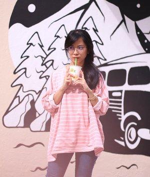 Agustus 2019. Sebelum nonton Westlife, ga afdol kalo ga minum jeruk dari vending machine di SG. Bisa sehari 3x cuma buat liat jeruknya di peres langsung di mesin. 😂😂😂Dan kalo trip berdua Cyndi, ga mungkin ga berantem. .#clozetteid