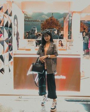 Senang banget liat @mustikaratuind memaksimalkan para Puteri Indonesia ga cuma untuk Brand Ambassador aja tapi juga ada koleksi makeup yang merepresentasikan masing2 Puteri Indonesia. (Ada 3 Makeup Palette Edisi PI 2019 lalu!!). Anyway, tepat tanggal 7 Maret lalu, sebelum Grand Final PI 2020 di JCC, Mustika Ratu resmi meluncurkan koleksi makeup #GorgeousGlow yang terdiri dari Cushion, Primer, dan Highlighter! Harganya juga terjangkau banget. Serunya lagi, kemaren aku juga bisa ketemu langsung dengan Miss Universe! Thankyou for having me @mustikaratuind ❤️ #GorgeousGlow #MRLovingYou #MRLoveYourSelf #BeautyQueenSeries #MustikaRatu. #clozetteid