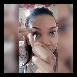 Tutorial pake softlens.. Tapi failed! Hahaha *ini di kamar adek w ya btw, soalnya kamar w tak layak pakai hahaha* . . . . . . . . . . @tha_lovistha  @hypstar.indonesia  #Beauty #HypstarIndonesia  #Clozetteid #Beforeafter #muajakarta #greenscreen #glamvids #make4glam #maryhadalittleglam #videosfashions #hypnaughtypower #makeupforbarbies #bretmansvanity #stylevideo #linerandbrowsss #softlens #contactlens #contactlenses #tutorialsoftlens #howto #tutorial #comedy #funny #failed