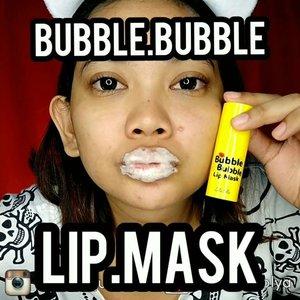 Bukan. Ini bukan Over Dosis ya. 😂 . . First of all abaikan jerawat2 gue, emang muka lg ancur banget, ini video lama filming nya dari bulan Juni baru sempet edit & upload skrg 😂 . . Jadi ini tuh lg pake @rire_cosmetic Bubble Bubble Lip Mask. Belinya di @altheakorea harganya 85rb. . . Jadi sebenernya konsep nya sama kayak lip scrub, bagus buat bibir kering & pecah2. Mengangkat kulit mati secara lembut tanpa microbeads, jadi gabakal takut bibir nya iritasi karena nge gosok terlalu kenceng. Melembabkan bagian bibir yg kering juga, jadi abis pake ini bibir tuh jadi lembab, halus, & siap dicium *eh . . Cara pake nya gimana? Seperti di video, tinggal olesin aja ke bibir, tunggu beberapa saat ntar muncul sendiri bubble nya. Trus tinggal di pijat lembut dengan gerakan memutar, abis itu bilas atau tinggal di lap aja pake tissue . . Key Ingredients: - Citric Acid: Mengangkat sel kulit mati secara lembut & mencerahkan kulit bibir yg gelap - Hyaluronic Acid: Menghidrasi bibir untuk mencegah bibir kering . . Bubble Lip Mask ini lucu sih unik, abis pake ini sekilas bibir berasa kebas gitu tapi trus langsung jadi plump & lembut. Aku pribadi sih lebih suka lip scrub konvensional karena berasa bibir aku kegosok gitu (?) Agak masokis emang anaknya suka disakitin (?) Wkwk tp ini lucu + beneficial so this is worth to try! . . Rate: 8/10 . . . . . 📷  Kameranya Vivo V9 💡 Lightingnya LED Ringlight no dimmer 💸Backdropnya beli di @pixmixstore 💻 Editnya di Filmora 📱 Editnya di Quik 📱 Editnya di Inshot 🎶 Musicnya Bubble Pop . . . . . #indobeautysquad #Bloggirlsid #BeautygoersID #Beautiesquad #Clozetteid #Beforeafter #bvloggerid #muajakarta #makeuptutorial #tutorialmakeup #ivgbeauty #makeupjunkie #viral #viralvideo #althea #altheakorea #bubble #lipmask #lipscrub #bubblelipmask