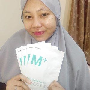 Namaste dosti . Jadi kali ini aku lagi pakai sheet mask dari @charis_indonesia namanya M+ Madecassoside Cica Mask. Nah, produk ini 4 in 1 gitu bisa buat Clarifying, Lifting, Relaxing dan Moisturizing. Dan 1 box isinya ada 5. Terus masker ini bisa dipakai untuk semua jenis kulit. Jadi buat yang kulitnya oily, dry sama combination bisa coba produk ini. Sheet mask ini juga terbuat dari 100% cotton ultra yang halus dan essencenya juga ketal kayak susu putih, wanginya juga santai di hidung. .  @charis_indonesia @charis_celeb @hicharis_official  .  #masksheet #charis #charisstore #charisapp #titahsanjana #ClozetteID #clozette #clozette #jbbfeatured #beautiesquad #beautybloggerindonesia #beautyblogger #kbeauty #kbeautyskincare #sociollabloggernetwork #bloggerjakarta #bloggermafia #blogger