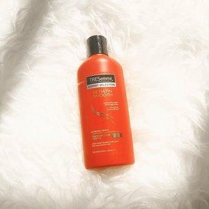 Lanjutan dari #ClozetteDiversi3 kemarin, ternyata di dalam box yang aku terima, ada shampoo dari @tresemmeid ! 😍 Pas banget memang aku pake shampoo ini sejak rambut ku di bleaching, supaya ga kasar. Thank you @clozetteid 😊 . . #clozetteid #RunwayReadyHair #tresemmexclozettediversi3 #ClozetteIDReview #tresemme #shampoo #flatlay #hairproduct