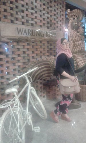 #Cafe #WarungKopi #Throwback #Cute #Curvy #Chic #ClozzetteID #Hangout
