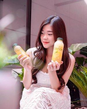 Dear Lemon Lovers,Seperti yang kita tahu, lemon itu banyak manfaat untuk kesehatan seperti melancarkan pencernaan, antibody, kaya akan vit C dsb.  @_tastylemon ini mengandung sari lemon asli yang di kemas dalam botol tanpa pengawet yang sudah pasti terjamin kualitasnya. Cara minumnya cukup campurkan 5 sdm Sari Lemon dengan 150ml air hangat. Bisa diminum tiap pagi & sebelum tidur. Jadi praktis dan ga perlu peras lemon lagi kalau mau minum sari lemon. Dan buat yang sedang menjalani ibadah puasa juga bisa tetap mengkonsumsi Tasty Lemon pas sahur atau sebelum tidur biar mood jadi lebih Fresh.#lemon #sarilemon #TastyLemon