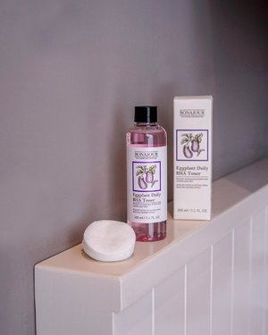 A great toner for everyday use! Eggplant Daily BHA Toner, the first step skin-care for my skin.  _ How to use?  Put the toner on cotton pads, wipe on your skin and gently tap to let it be absorbed. If you have sensitive skin, use this less often. _ Grab yours! 💗 http://hicharis.net/yanisaurelia/f2j _ @hicharis_official @charis_celeb #Toner #SkinCare #Bonajour #Charis #Eggplantdailybhatoner #eggplant #ecofriendly #charisstore #charisapp