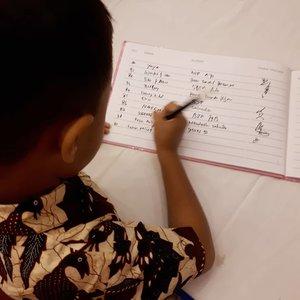 Ga pernah mau ketinggalan ✏📝🤗 . . . #ootdbatik #batikjogja #clozetteid #parenting #handwriting