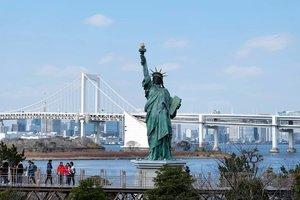 "Odaiba ""Japan taste of New York""  Odaiba adalah pulau buatan di Jepang dan menjadi salah satu tujuan wisata Jepang dan bagian dari pariwisata Tokyo. Disini juga lokasi dan pusat perbelanjaan serta hiburan populer di Teluk Tokyo, Jepang.  Nama ""Odaiba"" berasal dari sebutan untuk enam pulau di Teluk Tokyo yang dibangun sebagai benteng oleh Keshogunan Tokugawa.  Pembangunan pulau-pulau dan ""daiba"" dimulai sejak tahun 1853 untuk melindungi Tokyo dari serangan yang datang dari arah laut.  Pada waktu itu, Keshogunan Tokugawa menghadapi ancaman dari Angkatan Laut Amerika Serikat yang dipimpin Komodor Perry.  Pada tahun 1928, sebuah pulau buatan yang disebut Dai-San Daiba dibuka sebagai Taman Metropolitan Daiba yang berkembang hingga sekarang.  Pastikan untuk berfoto dengan miniatur Patung Liberty, semoga nanti bisa berfoto dengan latar Patung Liberty di kota aslinya . . . . . . .  #Odaiba #Japan #Liberty #LibertyStatue #Travelmate #Landscape  #Landscapephoto  #Natureview #Adventure #Traveler  #Traveling #Travelingram #Travelphotography #ClozetteID #Blogger  #Bloggerlife #Bloggerswanted #BloggerPalembang  #BloggerPerempuan #SuzannitaTravel  #SuzannitaTravelDiaries"