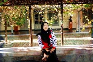 SENYUMIN AJAKadang memang perlu hanya senyumin aja tanpa harus mengeluarkan kata - kata. Percuma kan ngeluarin kata - kata kalau ga dipahami? Jadi mendingan senyumin aja daripada capek ngomong ga diwaro. Gitu kan gaes?Difoto pura2 candid sama neng @marwahkhumaira di area benteng Vredeburg Yogyakarta.💐❤😊#smile #senyumin#bentengvredeburg #candidmoment #xa3 #FujifilmXa3 #Diarypinktian #candidfoto #Clozetteid #Clozetteindonesia #Hotd #Fashion