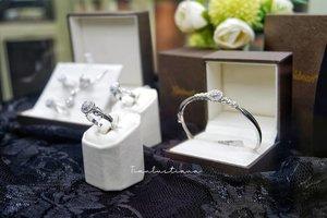 AURORA COLLECTION by GOLDMART   Perempuan mana sih yang tidak suka  sama perhiasan. Apalagi kalau perhiasannya itu berkilauan kayak koleksi terbarunya @goldmartjewelry nih. Yuhu, Goldmart Jewelry memperkenalkan koleksi terbarunya, AURORA COLLECTION.   Layaknya fenomena alam AURORA, yang bertaburan cahaya. Koleksi perhiasan ini pun sama, taburan berlian nya berpendar indah sekali. Sampai – sampai silau loh saking indah kilauannya ini. Koleksi Aurora ini tuh terdiri dari satu set perhiasan mulai dari kalung, liontin, anting, gelang dan cincin yang gemerlapan kilauan berliannya.   Buat temen – temen Bandung, cus ah mumpung ada diskon 40% plus ada lucky dip ( voucher belanja sampai logam mulia) juga loh, sampai hari minggu besok saja nih promonya, jadi jangan sampai terlewatkan yah.   Buat temen – temen di kota lain jangan berkecil hati, nantikan roadshow Aurora Collection ini di Goldmart Showroom di kota temen – temen yah. Buat temen – temen yang ingin baca detail lengkapnya seputar Aurora Collection ini, langsung cus aja ke www.tianlustiana.com sudah saya review lengkap disana.   #goldmartxaurora #goldmartaurora #auroracollectionbygoldmart  #ClozetteID #DiaryPinkTian 