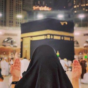 Ingin rasanya menikmati udara Mekkah dan Madinah. Ingin rasanya melaksanakan ibadah sa'i dari Bukit Shafa ke Bukti Marwah. Besar hati saya ingin tawaf. Yaa Rabb semoga dimudahkan segalanya dan disegerakan. Aamiin. Keinginan umroh ini banyak disalahgunakan oleh orang yang tidak bertanggung jawab, memupuskan impian umroh dengan tipu daya. Banyak Jemaah yang tidak jadi berangkat umroh karena kena tipu travel abal – abal, hiks. Kasian yah, kebayang nabung lama eh ditipu juga. Gimana nih caranya supaya ga kena tipu travel umroh? Silakan langsung baca postingan terbaru blog saya di www.tianlustiana.com ya temen – temen. Saya rekomendasikan travel umroh amanah yang bikin PASTI berangkat umroh, umrohnya NYAMAN dan tanpa REPOT. @Miwtravelofficial ini sudah melayani puluhan ribu jamaah yang sudah berangkat, untuk urusan pembayaran pun fleksibel loh. Eh, emang bisa umroh dimasa pandemi ini? Silakan geser fotonya utk baca info lengkap seputar protokol kesehatan yg ditetapkan kerajaan Saudi. Dan baca juga  postingan saya yah. #Paketumroh #MadinahImanWisata #Umroh2020 #PaketUmroh2020 #RekomendasiTian #TravelUmroh #ClozetteID #TravelUmrohAmanah #TravelUmrohdanHaji #hotd #ootd #inspirationalquotes#instagramlike #likeforlikes  #likeloops 