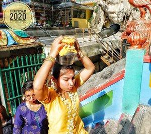 Thaipusam 2020Wanita India Tamil yang membawa bejana berisi susu diatas kepalanya. Menaiki 272 anak tangga di Batu Caves, tanpa alas. Konon katanya, festival Thaipusam ini adalah bentuk penghapusan dosa. Selain itu tujuan lainnya adalah supaya semua keinginan tercapai dan dikabulkan Dewa. #Thaipusam2020 #BatuCaves #IndiaTamil#Tamil#likeforlike#Clozetteid#ceritaTian #TianJalanJalan #kualalumpur2020 #kualalumpurceria #Thaipusam #FujifilmXa3#terfujilah📷 by TIAN LUSTIANAFUJIFILM XA3