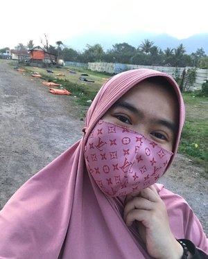 Di masa pandemi ini, kita harus selalu menjaga kesehatan dan jangan lupa untuk tetap menerapkan 3M ya. Mencuci tangan pakai sabun, Menggunakan masker dan Menjaga Jarak. Jangan malas ya untuk selalu pakai masker, menggunakan masker itu artinya kita saling melindungi, masker ku melindungi mu dan masker mu melindungi ku. Apalagi sekarang masker tuh lucu – lucu. Untuk mendukung semangat menggunakan masker, @Homecreditid kolaborasi bersama @maskeruntuk.id mempersembahkan desain special nih. Selain desainnya yang special, dengan membeli masker di @maskeruntuk.id ini kita sekaligus bisa mendonasikan masker sebanyak tiga masker kepada yang lebih membutuhkan. Lengkapnya temen – temen bisa langsung baca di postingan blog terbaru saya yah. #ayomajubersama #likeforlikes #clozetteid#rekomendasiibu #homecreditindonesia #MaskerKain #PakaiMasker