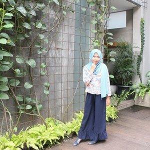 Just so you know, tempat makan ini ternyata cukup luas dan konsepnya asik! Ijo-ijo seger gitu, pake ada kolam ikan koi juga 🐠 Emang seger sih banyak yang ijo-ijo begini tapi aku sebel kalo udah banyak kupu-kupu. Ini aja pose-pose an ga tenang karena takut tiba tiba ada kupu-kupu lewat di atas kepala😂 ..#clozetteid #ootd #hootd #hijab #casual #blazer #blue #flower #ambrogiopatisserie #shasoutfit #kulot #cullotes #hijabiootd