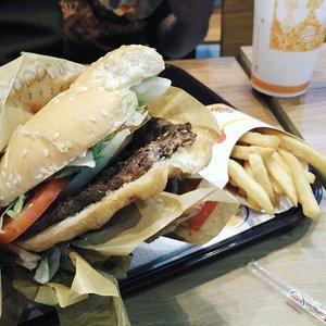 Jangankan kalian plis, aku aja ngiler sendiri liatin fotonya 😌 Yang Bandung ooy Burger King udah ada di BEC dan ada promo! Baca lengkapnya di blogku link di bio oqeh~ 🍔  #shatastedthis #ggrep #burger #burgerking #burgerkingid #clozetteid #food #wtfoodies #zomato #zomatoid #makanpakereceh