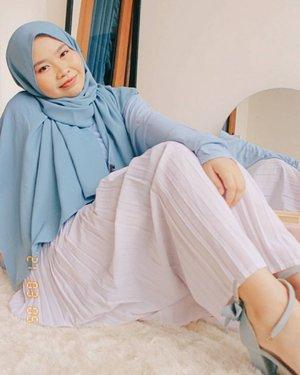Happy weekend! 🐳Pengen piknik gemes ala-ala tapi aku tim diem di rumah aja.. Jadi mari kita gelar karpet di teras rumah aja dan bikin makanannya sendiri 😆Geser ke samping, ada nama shopee cermin bulat yang aku pake~ Ada linknya juga di bio, cek 'Cermin Bulat' ya 🧚🏼♀️ #hijabioutfit  #hijabstyle  #hijabi  #hijabifashion  #hijabinspiration  #hijab  #hijabista  #modestfashion  #hijabfashion  #ootd  #ootdngampus #ootdhijab #ootdngemall #ootdngantor  #outfitoftheday  #blueoutfit  #hijabiinspiration  #photooftheday  #homephotoshoot  #portraitphotography  #homephotography #clozetteid #shopeehaul #shopeehaulroomdecor #cerminbulat #piknikaesthetic