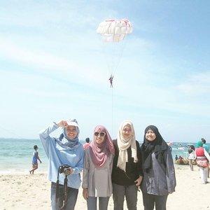 Throwback saat @sarah_amatillah masih bisa pakai celana jeans💙😂 #clozetteid #travel #friends #shagoingplaces #bali #tanjungbenoa #hijab #holiday