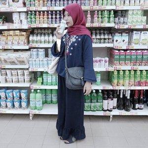 Tergembol 2018. Sesungguhnya banyak cewek di dunia ini yang (kelihatannya) hanya bawa purse/tas kecil doang.. But there is another bigger gembolan🤣 . . Currently wearing @mayoutfit x @aghniapunjabi collection. Navy on navy on navy on navy. I'm basically deep sea water✨ . . #clozetteid #shasoutfit #bdgbbxmayoutfit #maylova #mayoutfitxaghniapunjabi #hijabi #hijabistyle #navy #casualoutfit