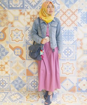 Step up your mama's plain long dress with: 1. Colorful pattern scarf 🌸 2. Denim jacket 💙 3. Big-ass belt 🙌 ..You do YOU! 😆..#clozetteid #outfit #ootd #hijab #casual #hootd #fblogger #fbblogger #shasoutfit #hijabioutfit #hijabootdindo #hijabblogger #colorful #ditutscarf #weloveup #yellow #pink #pinkmonth #starclozetter #ggrepstyle