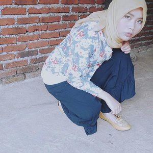 Me spying on this year-end diskonan 👀@spreadingoutfits x @thewarna 💛Waktu ditawarin flatshoes sama The Warna, aku seneng banget tapi ragu😅. Ragu karena selama ini kalo punya flatshoes etnik oleh-oleh nggak pernah ada yang muat! Kakiku sangat besar 😂But this Toraja Yellow from @thewarna fits my feets well as in this picture! Tunggu reviewnya besok, ya. Udah baca yang baru tayang hari ini di blogku belum? Klik deh link yang ada di bio😗#spreadingoutfits #spreadingoutfitsxthewarna #thewarnaindonesia #ootd #hootd #clozetteid #film #filmeffect #shasoutfit #blue #yellow#thewarnashoes #semiformal #weekend #potd #可愛い #motd #makeupoftheday #bblogger #fblogger #fashion