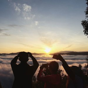 Mengejar matahari meski belom mandi. 2038 mdpl, bisa pake mobil. Sakti✨  #clozetteid #sunrise #shagoingplaces #explorethailand #amazingthailand #jalanjalanmen #clouds #betong  #travel