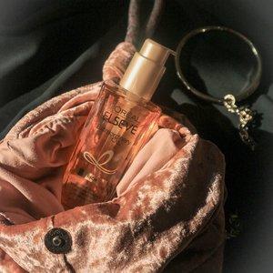 What's your hair essentials?Seperti yang kalian tau, aku pecinta hair oils dari @lorealparis for a long time! Mulai dari yang original berwarna orange kaya di foto atau yang floral infused dengan aroma-aroma bunga yang seru. Formulanya gak pernah fail, selalu bikin rambut lembut, harum dan gak lepek karna teksturnya yang light. Ada yang pernah coba juga? Komen dibawah secinta apa kamu sama produk ini dan dapetin discount 10% dari @lorealparis 💕#clozetteid #hairoils #bloggerjakarta #beautybloggerindonesia