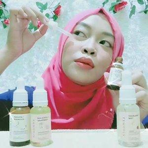 "Wohooo~💃 #Skincareroutine kalian masih berlangsung kan? Aku mau ngertjun niiiiy!😘  Here Skincare from @bloomka_id (sister's brand of @thebathbox 😍)  Solusi perawatan wajah & rambut dengan bahan alami yg praktis aka travel friendly!✈️ Yuk kenali 4 varian #bloomka yg aku gunakan, yaitu: 🌼Squalane + Beet Hair Oil ❤️Menjaga kelembaban & kesehatan dari akar hingga ujung rambut dengan menrestrukturisasi ❤️Menghidrasi & melindungi dari panas serta menguatkan rambut akibat hair styling maupun paparan lingkungan  🌼Argireline + Leuphasyl Facial ❤️Anti Aging Serum PentaPeptide-18 & Acetyl Hexapeptide-8 ampuh mengurangi garis halus & kerutan  🌼Bakuchiol + Grapeseed Anti Acne Facial Oil ❤️Vitamin E sebagai antioksidan yang melindungi kulit dari radikal bebas. ❤️Grapeseed bertindak sebagai ""emollient"" yaitu zat yang mencegah dehidrasi.   🌼Manuka + Magnolia Anti Acne Facial Serum ❤️Mengurangi jerawat dan komedo di wajah dengan menghambat pertumbuhan bakteri dan meredakan inflamasinya.  ❤️Serum ini membantu mengontrol produksi minyak berlebih pada kulit wajah. ❤️Untuk kulit berminyak, kombinasi, acne prone skin  🚨Fyi! ✅ Packagingnya yg cantik dengan ukuran 20ml. ✅Penggunaan produk di kocok terlebih dahulu, lalu gunakan 2-4 tetes.  ✅Serum memiliki tekstur yg kental namun mudah meresap di kulit.  ✅Gunakan face oil setelah penggunaan Serum agar lebih maksimal manfaatnya. ✅Gunakan hair serum dengan pijatan hingga terasa hangat  💸 From IDR 79k  #beauty #beautyhacks #beautyreview #healthy #healthyskincare #isyana #lfl #l4l #localbrand #love #naturalskincare #skincare #skincaretips #syahrini #virtualphotograpy #ClozetteID"