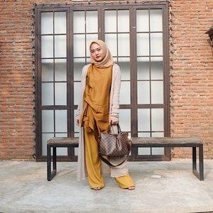 Playing with mustard again. Selalu ter-gabisa moveon dari warna ini. Dimix dengan warna nude cucok juga yhaa... anyway ini aku pakai hijab dari @nuhi_official alhamdulillah ku cocok sekali pakai hijab square inii ✨✨ #vsco #vscocam #ootd #hijabootd #clozetteid