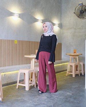 Hijab kali ini aku dapat dari @aysela.id , super suka, bahannya voal dan nyaman dipakai, alhamdulillah mulai banyak rekomendasi hijab square yg cocok di muka aku (fyi, aku sering pakai hijab pashmina, cuma sekarang lagi suka cari2 hijab square yg cocok di muka). Thankyou Sela! #vsco #vscocam #hijabootd #clozetteid
